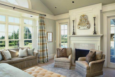 Такой широкий плинтус можно применять только в помещениях с высокими потолками