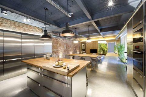 Темно-серый потолок поддержан светлым наливным полом