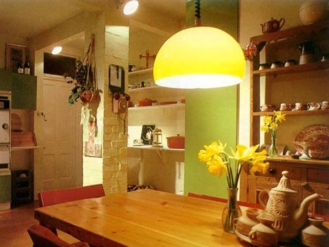 Теплый свет приятен для глаз, особенно по вечерам Потолочные люстры на кухню можно подключить к электрической сети через специальные выключатели с регулировкой интенсивности светового потока (диммеры).