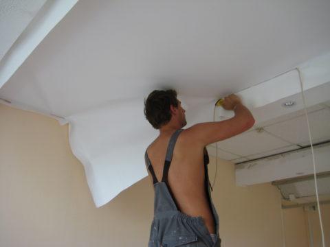 Тканевый потолок после протечки, скорее всего, придётся менять
