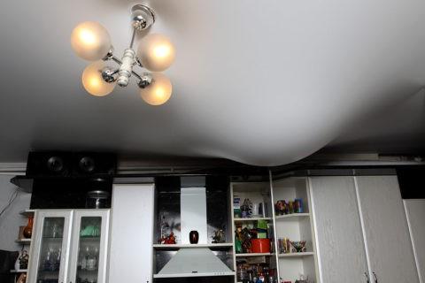 Тканевый потолок пропустил бы всю воду в помещение