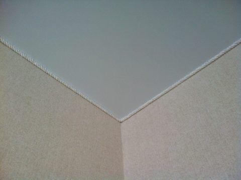 Тканевый шнур органично сочетается с текстильными обоями