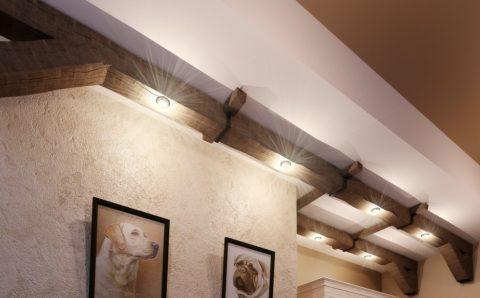Точечное освещение, вмонтированное в балки на потолке