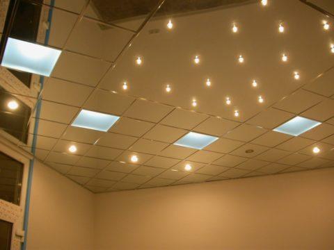 Точечные и растровые светильниеи, встроенные в зеркальный потолок