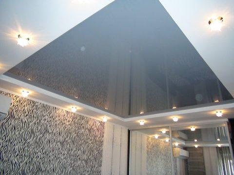 Точечные светильники по периметру подчеркнут строгую форму полотна и обеспечат равномерное освещение