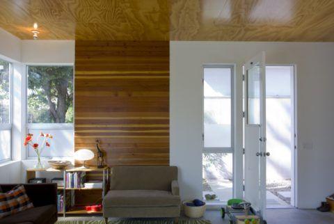 Тонированная и вскрытая лаком фанера прекрасно смотрится на потолке дачной веранды
