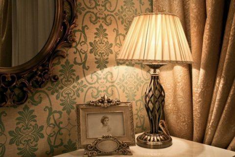 Торшер прекрасно справится с подсветкой при вечернем свете