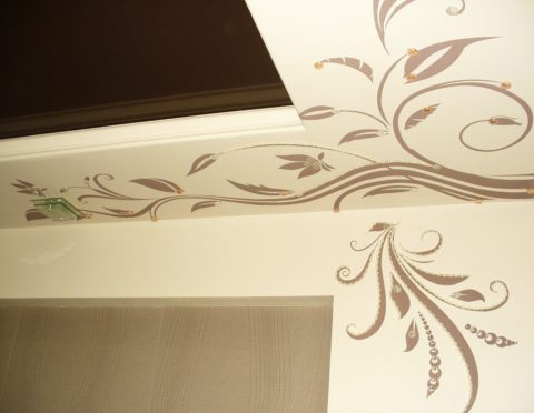 Трафаретный рисунок можно дополнительно декорировать накладными объемными элементами