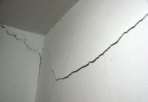 Трещины от вибрации могут проявиться на всех несущих элементах строения