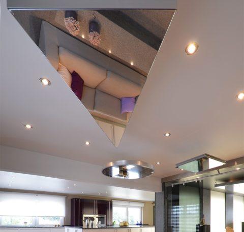 Треугольная вставка на потолке в кухне-гостиной