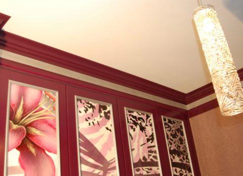 Цвет плинтуса подобран под стены
