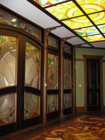 Цветные витражи на стенах и потолке