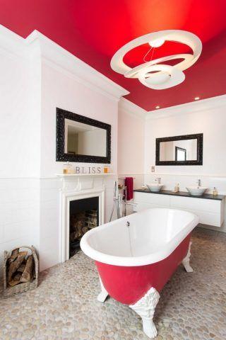 Цветовой сочетание самой ванной и потолка