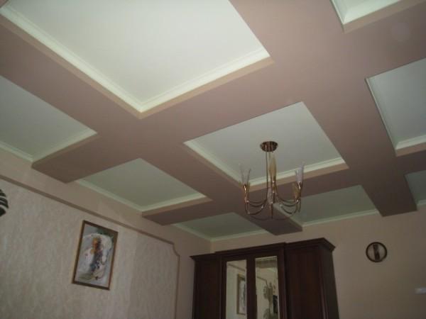 Удачный дизайн потолка с правильным цветовым решением