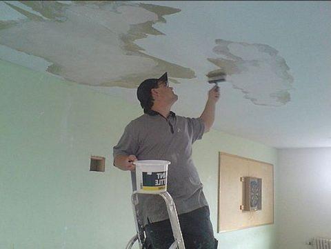Удаление пятен на потолке