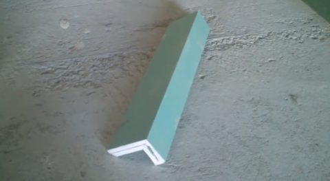 Уголок, склеенный на монтажную пену