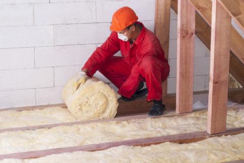 Укладка минеральной ваты в балочное перекрытие