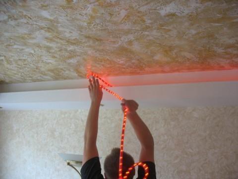 Укладка светодиодной ленты на потолке