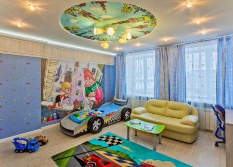 Украшение тканевого потолка рисунком, поддерживающим тематику фотообоев на акцентной стене, объединяет интерьер в одно целое
