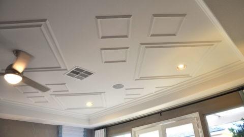 Украсить потолок можно путём наклейки фриза