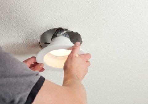 Установка точечного светильника в гипсокартонный потолок