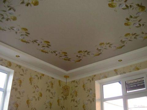 Установленный тканевый потолок