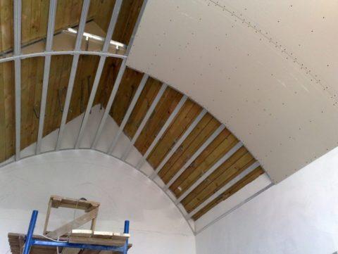 Устройство радиусного потолка в доме с двухскатной крышей без чердака