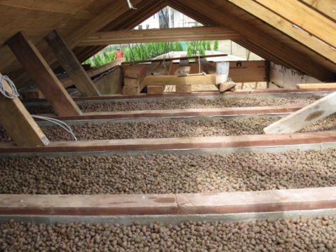 Утепление керамзитом производится со стороны чердачного помещения