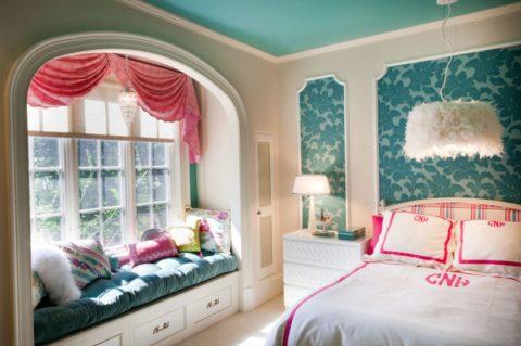 Узкий плинтус прекрасно сочетается с фризами на стене