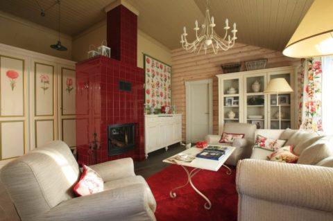 В бревенчатом доме, потолок лучше всего подшить доской – а окрашивать его не обязательно в соответствии с древесной гаммой
