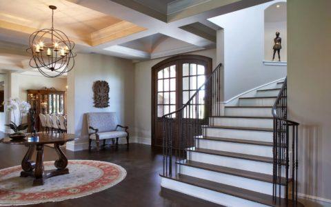 В частном доме недостаток освещения в прихожей могут восполнить остеклённые двери