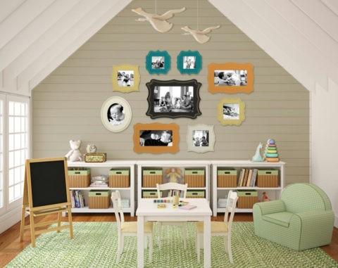 В деревянном доме потолочные балки можно окрасить в белый цвет, тем самым сделав помещение просторным и светлым