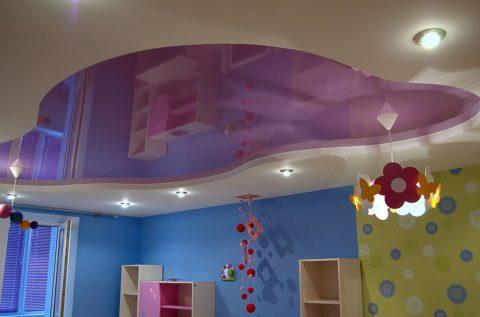 В детской обычно много мебели, поэтому глянец можно использовать дозированно