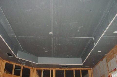 В коробах вырезаны отверстия под осветительные приборы и вентиляционные крышки