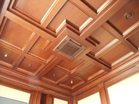 В подвесную конструкцию можно встраивать подсветку и вентиляционное оборудование
