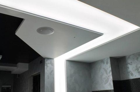 В потолок встроена акустическая система и внутреннее освещение