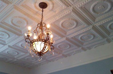 В зависимости от площади и стиля оформления комнаты, может быть выбран как накладной светильник, так и люстра