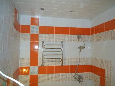 Ванная с отделкой потолка пластиком