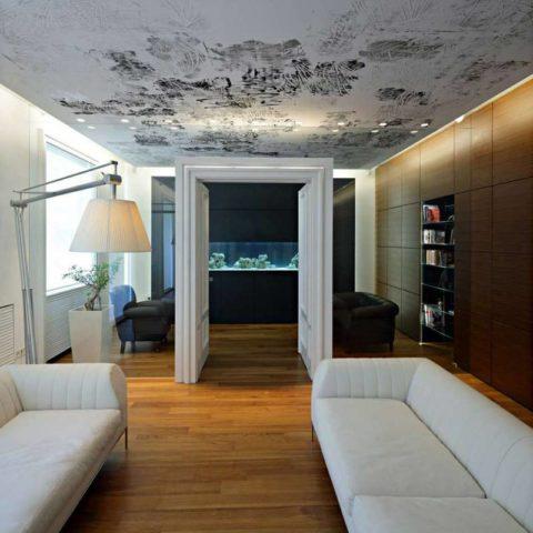 Вариант оформления плоского подвесного потолка в современном стиле дизайнерскими обоями