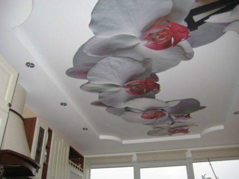 Вариант оформления потолка на кухне