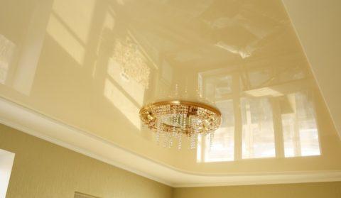 Вариант, расположенный непосредственно на плоскости потолка, не занимает пространство