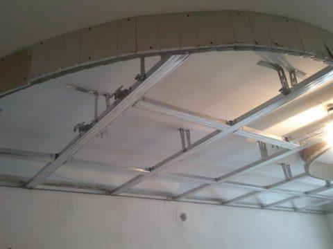 Вертикальная кромка обшита надрезанным стеновым листом