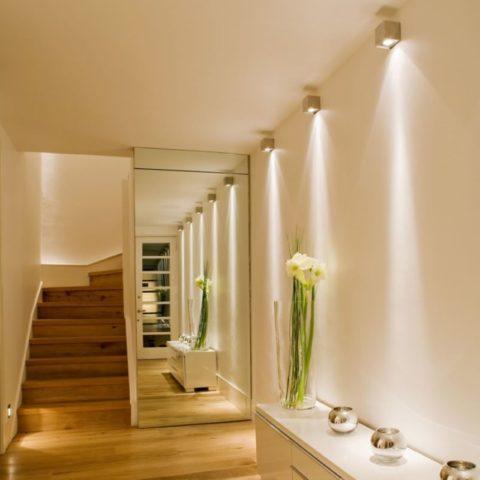 Вертикальные полосы света на стенах визуально увеличивают высоту