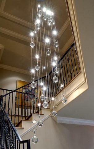 Висячая люстра для лестницы