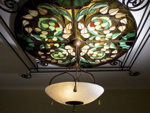 Витраж с узором на растительную тематику, встроенный в гипсокартонный потолок