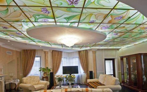 Витражная конструкция в комбинации с подвесной гипсокартонной системой придает гостиной изящности