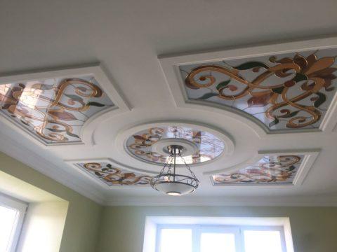 Витражные элементы на потолке в кухне
