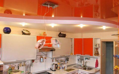Визуальное выделение рабочей зоны кухни с помощью двухуровневого натяжного потолка