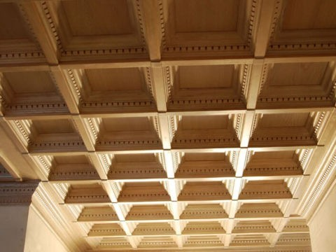 Внешний вид потолка зависит от природного оттенка натуральной древесины