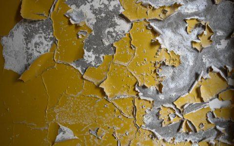 Вот таким может стать со временем потолок, покрытый масляной краской